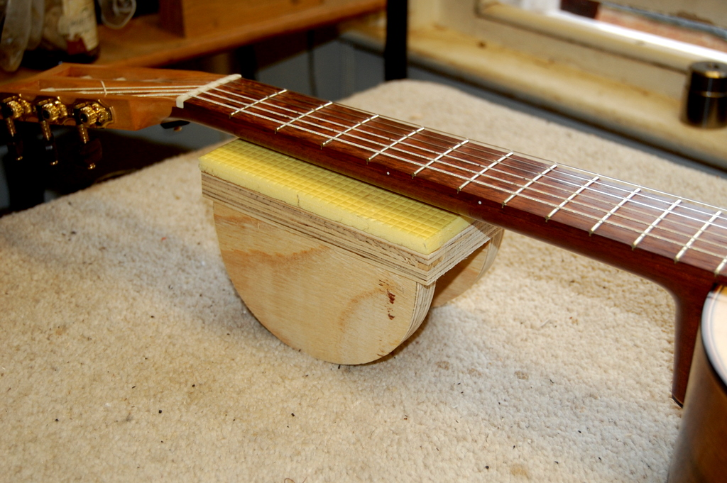 Guitar Neck Support Finely Strung